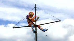 Άτομο σε ένα χρωματισμένο κοστούμι με ένα Mohawk στο κεφάλι του φιλμ μικρού μήκους