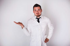 Άτομο σε μια άσπρη τήβεννο Στοκ φωτογραφία με δικαίωμα ελεύθερης χρήσης