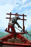 Άτομο σε μια βάρκα που τραβά ένα σχοινί Στοκ φωτογραφία με δικαίωμα ελεύθερης χρήσης