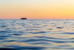 Άτομο σε μια βάρκα σειρών στοκ εικόνες