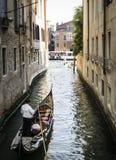 Άτομο σε μια βάρκα στη Βενετία Στοκ εικόνα με δικαίωμα ελεύθερης χρήσης