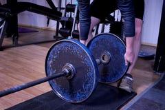 Άτομο σε μια γυμναστική ή μια αθλητική λέσχη λεπτομερώς Στοκ φωτογραφίες με δικαίωμα ελεύθερης χρήσης