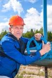 Άτομο σε μια εργασία ομοιόμορφη με τη βαλβίδα σωλήνων Στοκ φωτογραφία με δικαίωμα ελεύθερης χρήσης