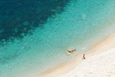 Άτομο σε μια παραλία στοκ εικόνες με δικαίωμα ελεύθερης χρήσης