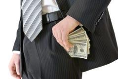 Άτομο σε τεθειμένα χρήματα επιχειρησιακών κοστουμιών στην τσέπη σας στοκ φωτογραφία με δικαίωμα ελεύθερης χρήσης