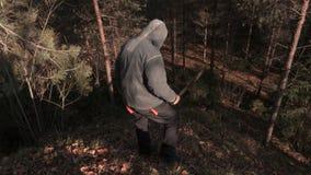 Άτομο σε τρομακτικές αποκριές που προσέχουν γύρω και που πηγαίνουν κάτω στο λόφο φιλμ μικρού μήκους