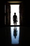 Άτομο σκιαγραφιών στην πόρτα Στοκ φωτογραφία με δικαίωμα ελεύθερης χρήσης