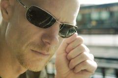 Άτομο στα γυαλιά ηλίου που εξετάζει τη φωτογραφική μηχανή Στοκ φωτογραφίες με δικαίωμα ελεύθερης χρήσης