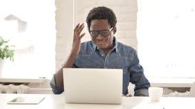 Άτομο στα γυαλιά που αντιδρούν στην απώλεια χρησιμοποιώντας την ταμπλέτα φιλμ μικρού μήκους