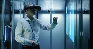 Άτομο στα γυαλιά VR που λειτουργούν σε ένα κέντρο δεδομένων απόθεμα βίντεο