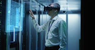 Άτομο στα γυαλιά VR που λειτουργούν σε ένα κέντρο δεδομένων στοκ φωτογραφία με δικαίωμα ελεύθερης χρήσης