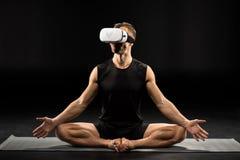Άτομο στα γυαλιά εικονικής πραγματικότητας στοκ φωτογραφίες