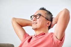 Άτομο στα γυαλιά που χαλαρώνουν ή που ονειρεύονται στο σπίτι Στοκ Εικόνες