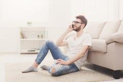 Άτομο στα γυαλιά στο σπίτι με κινητό Στοκ εικόνες με δικαίωμα ελεύθερης χρήσης