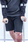 Άτομο στα δεκανίκια Στοκ Φωτογραφίες