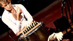 Άτομο στα θεατρικά ενδύματα σκακιού παιχνιδιού απόθεμα βίντεο
