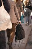 Άτομο στα μπεζ ενδύματα στο πεζοδρόμιο Στοκ Φωτογραφίες