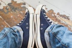 Άτομο στα πάνινα παπούτσια Στοκ εικόνα με δικαίωμα ελεύθερης χρήσης