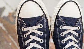 Άτομο στα πάνινα παπούτσια Στοκ εικόνες με δικαίωμα ελεύθερης χρήσης