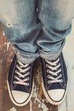 Άτομο στα πάνινα παπούτσια Στοκ φωτογραφία με δικαίωμα ελεύθερης χρήσης