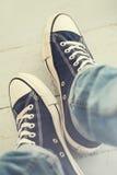 Άτομο στα πάνινα παπούτσια Στοκ Φωτογραφίες