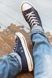 Άτομο στα πάνινα παπούτσια Στοκ φωτογραφίες με δικαίωμα ελεύθερης χρήσης