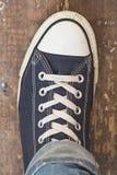 Άτομο στα πάνινα παπούτσια Στοκ Εικόνες