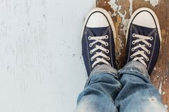 Άτομο στα πάνινα παπούτσια Στοκ Φωτογραφία
