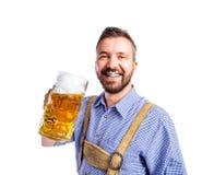 Άτομο στα παραδοσιακά βαυαρικά ενδύματα που πίνει την μπύρα Στοκ φωτογραφία με δικαίωμα ελεύθερης χρήσης