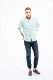 Άτομο στα τζιν και πουκάμισο που στέκεται με τα χέρια πίσω από την πλάτη Στοκ Εικόνες