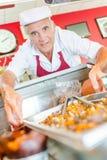 Άτομο στα τρόφιμα δίσκων εκμετάλλευσης deli Στοκ φωτογραφία με δικαίωμα ελεύθερης χρήσης