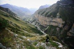 Άτομο στα υψηλά βουνά Καύκασου στοκ φωτογραφία με δικαίωμα ελεύθερης χρήσης