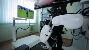 Άτομο στα φουτουριστικά ρομποτικά πυρομαχικά humanoid Ανθρώπινο είδωλο ελέγχων στην εικονική πραγματικότητα απόθεμα βίντεο