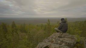 Άτομο στην άκρη ενός απότομου βράχου απόθεμα βίντεο