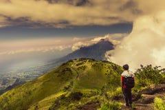 Άτομο στην αιχμή βουνών που προσέχει τη φυσική άποψη Στοκ Εικόνα