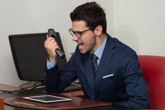 Άτομο στην επίσημη ένδυση που φωνάζει στο τηλέφωνο Στοκ Φωτογραφίες