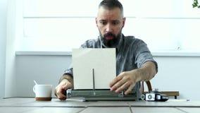 Άτομο στην εργασία στην αρχή απόθεμα βίντεο