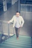 άτομο στην εργασία περπατήματος Επιχειρησιακό άτομο στα σκαλοπάτια Στοκ εικόνα με δικαίωμα ελεύθερης χρήσης