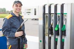Άτομο στην εργασία σε ένα βενζινάδικο Στοκ φωτογραφία με δικαίωμα ελεύθερης χρήσης