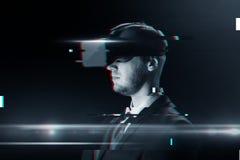 Άτομο στην κάσκα εικονικής πραγματικότητας ή τα τρισδιάστατα γυαλιά Στοκ φωτογραφία με δικαίωμα ελεύθερης χρήσης