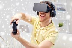 Άτομο στην κάσκα εικονικής πραγματικότητας με τον ελεγκτή Στοκ Φωτογραφία
