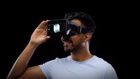 Άτομο στην κάσκα εικονικής πραγματικότητας με το κυβικό ολόγραμμα απόθεμα βίντεο