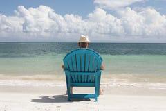 Άτομο στην καρέκλα στην παραλία Caribbian Στοκ Φωτογραφίες