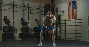 Άτομο στην κατάρτιση φανέλλων βάρους με τη φανέλλα βάρους φιλμ μικρού μήκους