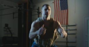 Άτομο στην κατάρτιση φανέλλων βάρους με τη φανέλλα βάρους απόθεμα βίντεο
