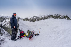 Άτομο στην κορυφή ενός βουνού Στοκ Εικόνα