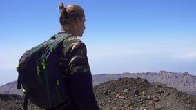 Άτομο στην κορυφή ενός βουνού απόθεμα βίντεο