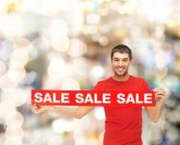 Άτομο στην κόκκινη μπλούζα με το σημάδι πώλησης Στοκ φωτογραφίες με δικαίωμα ελεύθερης χρήσης