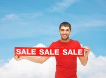 Άτομο στην κόκκινη μπλούζα με το σημάδι πώλησης Στοκ Εικόνες