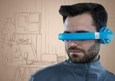 Άτομο στην μπλε κάσκα εικονικής πραγματικότητας ενάντια στο συρμένο χέρι γραφείο κρέμας Στοκ φωτογραφίες με δικαίωμα ελεύθερης χρήσης